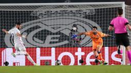 Striker Real Madrid, Karim Benzema, mencetak gol ke gawang Atalanta pada laga Liga Champions di Stadion Alfredo di Stefano, Rabu (17/3/2021). Real Madrid menang dengan skor 3-1. (AP/Bernat Armangue)