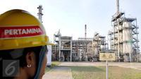 Petugas PT. Pertamina (Persero) memantau Refinery Unit (RU) atau kilang VI Balongan di Indramayu, Jawa Barat, (14/1). RU VI Balongan merupakan tumpuan produksi BBM jenis Pertamax Series milik PT. Pertamina (Persero). (Liputan6.com/Helmi Afandi)