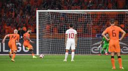Depay mencatatkan skor pada menit ke-16, ke-38, dan ke-54. Satu gol diciptakan lewat tendangan penalti, sedangkan dua lainnya berasal dari umpan Davy Klaseen dan umpan Steven Bergwijn yang sempat mengenai Steven Berghuis. (Foto: AFP/John Thys)