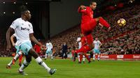 Aksi Joel Matip (kanan) saat Liverpool menjamu West Ham United. (Action Images via Reuters / Lee Smith)