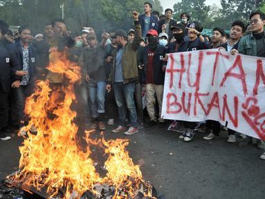 Mahasiswa gabungan se-Jabodetabek membakar ban bekas saat unjuk rasa di depan Istana Merdeka, Jakarta, Selasa (16/7/2019).  Mereka mengecam pemerintah Jokowi atas hutang negara yang melonjak, politik dagang sapi, diskon pajak 300 persen, dan krisis penegakan HAM. (merdeka.com/Iqbal S. Nugroho)