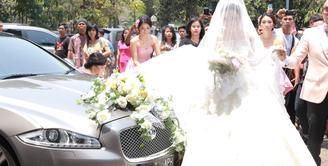 Chelsea Olivia dengan Glenn Alinskie akhirnya resmi menikah, Hari ini keduanya mengikat janji suci pernikahan di Gereja Katedral, Jakarta Pusat, Kamis (1/10/2015) sekitar pukul 11.50 WIB. (Galih W. Satria/Bintang.com)