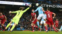 Pemain Manchester City, Sergio Aguero mencetak gol ke gawang Bristol City pada leg pertama semifinal Piala Liga Inggris di Stadion Etihad, Selasa (9/1). Tertinggal lebih dulu, City akhirnya menang 2-1 berkat gol Aguero di injury time. (AP/Dave Thompson)