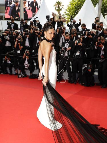 Bella Hadid di karpet merah Festival Film Cannes 2021.  (Vianney Le Caer/Invision/AP)