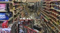 Walmart di Yucca Yalley, California tampak amburadul. Banyak bahan makanan yang berserakan dan berjatuhan (AP News)