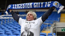 Seorang fans memakai baju bergambar Vichai Srivaddhanaprabha saat Leicester melawan Cardiff pada laga Premier League di Stadion Cardiff City, Wales, Sabtu (3/11). Pemilik Leicester meninggal akibat kecelakaan helikopter. (AFP/Oli Scarff)