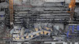 Gambar udara memperlihatkan bangunan Hard Rock Hotel yang tengah dibangun runtuh di pusat kota New Orleans, Sabtu (12/10/2019). Media lokal setempat mengatakan, 3 orang lainnya hilang dan anjing penyelamat dikerahkan untuk mencari korban. (AP Photo/Gerald Herbert)