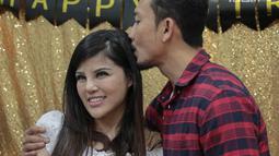 Aktor Denny Sumargo mencium calon istrinya, Dita Soedarjo saat merayakan ulang tahunnya yang ke-37 di Panti Asuhan Dorkas, Jakarta, Kamis (11/10). (Liputan6.com/Faizal Fanani)