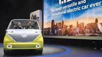Volkswagen I.D. Buzz saat dipamerkan dalam North American International Auto Show di Detroit, Michigan, AS, (9/1). Mobil ini mampu berkendara secara otonom menggunakan satu motor listrik di depan dan satu di belakan. (AFP Photo/Saul Loeb)
