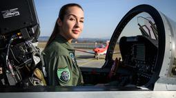 Fanny Chollet berada di dalam pesawat F/A-18 di Pangkalan Udara Payerne, Swiss, (19/12). Fanny Chollet bertugas menjadi pilot jet tempur dalam skuadron penerbangan 18 yang berbasis di Payerne sejak awal tahun.  (AFP Photo/Fabrice Coffrini)