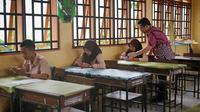 Ketua Pengurus Besar (PB) Persatuan Guru Republik Indonesia (PGRI) Irman Yasin Limpo saat melihat siswa belajar di kelas. (Istimewa)