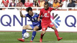 Gelandang Persija Jakarta, Riko Simanjuntak, berebut bola dengan bek Becamex Binh Duong FC, Ho Tan Tai, pada laga Piala AFC di SUGBK, Jakarta, Selasa (26/2). Kedua klub bermain imbang 0-0. (Bola.com/M. Iqbal Ichsan)