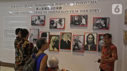 Pengunjung melihat koleksi foto Peranan orang Tionghoa di perfilman Indonesia di Museum Tionghoa  Hakka Indonesia, TMII, Jakarta, Selasa (21/1/2020). Museum tersebut menampilkan sejarah kedatangan dan percampuran budaya orang Tionghoa di kepulauan Nusatara. (Liputan6.com/Herman Zakharia)