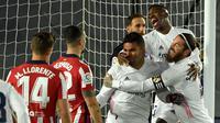 Para pemain Real Madrid merayakan gol yang dicetak oleh Casemiro ke gawang Atletico Madrid pada laga Liga Spanyol di Stadion Alfredo di Stefano, Minggu (13/12/2020). Real Madrid menang dengan skor 2-0. (AFP/Oscar Del Pozo)