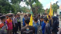 Aksi unjuk rasa mahasiswa menuntu pembenahan amburadulnya program Bantuan Pangan Non Tunai (BPNT) di Kabupaten Sumenep, Madura. (Liputan6.com/ Fahrul)
