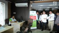 Menteri Ketenagakerjaan (Menaker) M Hanif Dhakiri (tengah) bersiap memeriksa kesiapan petugas Posko Peduli Lebaran 2018 di Gedung B Kemenaker, Jakarta, Senin (28/5). Posko juga menerima aduan pemasalahan seputar THR. (Liputan6.com/Helmi Fithriansyah)