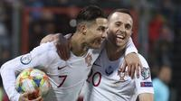 Cristiano Ronaldo (kiri) kala merobek gawang Luksemburg di kualifikasi Piala Eropa 2020. (AP Photo/Francisco Seco)