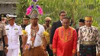 Wali Kota Jayapura, Benhur Tomi Mano (baju putih) mengenakan pakaian dari Suku Tobati. Sementara Wakil Wali Kota, Rustan saru (paling kanan) menggunakan pakaian adat dari Sulawesi Selatan. (Liputan6.com/Katharina Janur/Humas Kota Jayapura)