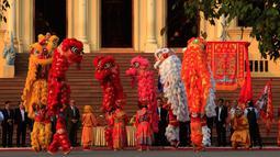 Anggota komunitas Tionghoa Kamboja menggelar pertunjukan barongsai untuk menyambut Tahun Baru Imlek di Istana Kerajaan, Phnom Penh, Kamboja, Senin, (4/2). (AP Photo/Heng Sinith)