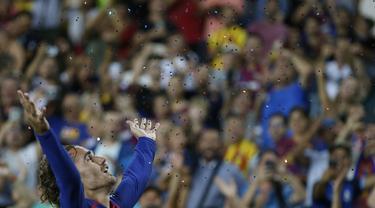 Penyerang Barcelona, Antoine Griezmann berselebrasi usai mencetak gol ke gawang Real Betis pada pertandingan La Liga Spanyol di stadion Camp Nou (25/8/2019). Griezmann mencetak dua gol di pertandingan ini dan mengantar Barcelona menang 5-2 atas Betis. (AP Photo/Joan Monfort)