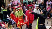 Seorang penari seblang Suidah (14) menari dalam upacara bersih desa di Desa Olehsari, Glagah, Banyuwangi, Jawa Timur. (Antara)
