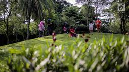 Sejumlah anak bermain di Taman Tabebuya, Jagakarsa, Jakarta, Kamis (14/3). Dinas Kehutanan DKI Jakarta menganggarkan Rp 130 miliar untuk membangun 53 Taman Maju Bersama (TMB) di tahun 2019. (Liputan6.com/Faizal Fanani)