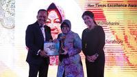 """Ibu Risma mendapatkan penghargaan sebagai Excellence Award dalam """"RISING WOMEN EMPOWERMENT"""" yang diadakan oleh KBRI Singapura dan Her Times Magazine (PENSOSBUD/EKONOMI KBRI SINGAPURA)"""