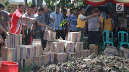 Polisi memusnahkan minuman keras (miras) di Polres Gorontalo, Gorontalo, Jumat (4/1). Miras yang dimusnahkan terdiri dari berbagai merek maupun tradisional. (Liputan6.com/Arfandi Ibrahim)