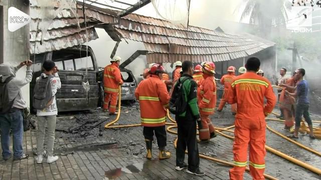 Sebuah rumah mewah di kawasan Cilandak Jakarta Selatan hangus terbakar. Tak hanya rumah 2 kendaraan di dalamnya juga ikut hangus terbakar