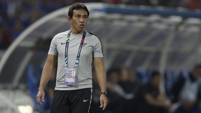 Pelatih Timnas Indonesia, Bima Sakti, memberikan instruksi saat melawan Thailand pada laga Piala AFF 2018 di Stadion Rajamangala, Bangkok, Sabtu (17/11). Thailand menang 4-2 dari Indonesia. (Bola.com/M. Iqbal Ichsan)