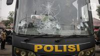 Kaca bus polisi pecah pascapenyerangan di Polsek Ciracas, Jakarta, Sabtu (29/8/2020). Polsek Ciracas  diserang oleh sejumlah orang tak dikenal pada Sabtu (29/8) dini hari. (Liputan6.com/Faizal Fanani)