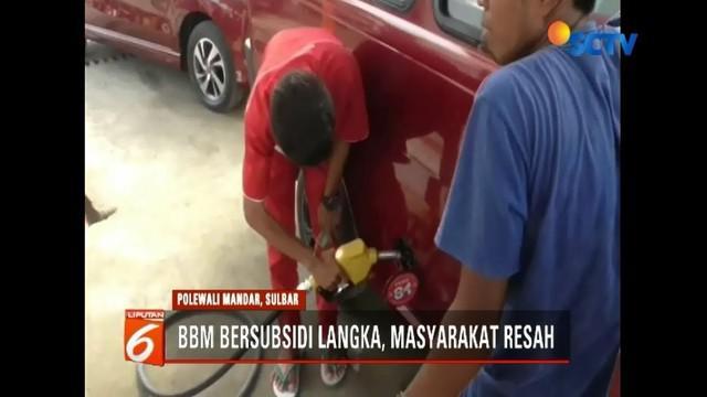 BBM bersubsidi langka di Sulawesi Barat. Sopir angkot mengeluh karena harus antre berjam-jam saat mengisi bahan bakar.