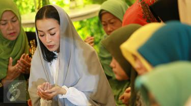 Musisi dan penyanyi Rinni Wulandari berdoa saat menggelar pengajian dalam perayaan hari ulang tahun ke 27 dan menjelang pernikahannya di kawasan Cireundeu, Tangerang Selatan, Jumat (28/4). Rinni akan menikah pada 7 Mei 2017. (Liputan6.com/Herman Zakharia)
