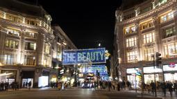 Foto pada 3 November 2020 ini memperlihatkan lampu-lampu Natal yang menerangi area perbelanjaan utama Oxford Street di London, Inggris. Lampu-lampu tersebut didedikasikan bagi mereka yang telah menunjukkan kebaikan dan dukungan besar terhadap sesama selama pandemi. (Xinhua/Han Yan)