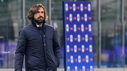 Pelatih Juventus, Andrea Pirlo menyaksikan pemainnya bertanding melawan Inter Milan pada pertandingan lanjutan Liga Serie A Italia di stadion San Siro di Milan, Senin (18/1/2021).  Inter kini mengumpulkan 40 poin dari 18 laga, sama dengan jumlah poin Milan. (AFP/Miguel Medina)