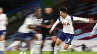 Penyerang Tottenham Hotspur, Son Heung-min menggiring bola saat bertanding melawan Burnley pada pertandingan lanjutan Liga Inggris di stadion Turf Moor, Burnley, Inggris, Senin (26/10/2020). Tottenham menang tipis 1-0 atas Burnley. (Jason Cairnduff/Pool via AP)