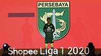 Pemain Persebaya, Muhammad Supriadi, menunjukan jersey tim Persebaya saat launching Shopee Liga 1 di Hotel Fairmont, Jakarta, Senin (24/2). Sebanyak 18 klub pamerkan jersey untuk kompetisi Shopee Liga 1 2020. (Bola.com/Yoppy Renato)