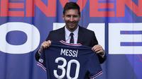 Penyerang: Lionel Messi. Pemain berusia 34 tahun ini dikontrak PSG selama 2 tahun dengan opsi perpanjangan 1 tahun. Di PSG ia akan bereuni dengan mantan rekannya di Barcelona, Neymar dan tentu seterunya di Real Madrid, Sergio Ramos yang kali ini jadi rekan setim. (Foto: AP/Lluis Francois Mori)