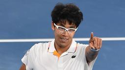 Petenis Korea Selatan Chung Hyeon melakukan selebrasi usai mengalahkan petenis Serbia, Novak Djokovic pada putaran keempat kejuaraan tenis Australia Terbuka di Melbourne (22/1). Chung Hyeon menang 6-7(4), 5-7, 6-7(3). (AFP Photo/Paul Crock)