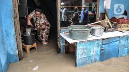 Aktivitas warga saat banjir merendam permukiman di Kebon Pala, Jakarta, Senin (8/2/2021). Hujan deras yang mengguyur Ibu Kota dan wilayah Bogor menyebabkan permukiman di Kebon Pala terendam banjir sejak Minggu (7/2/2021) sore. (merdeka.com/Iqbal S. Nugroho)