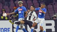 Aksi pemain Juventus, Cristiano Ronaldo (tengah) saat melawan Napoli. (Ciro Fusco/ANSA via AP)