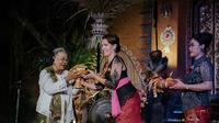 Nh Dini mendapat penghargaan Lifetime Achievement Award dari Ubud Writers and Readers Festival. Foto: Dok. UWRF.