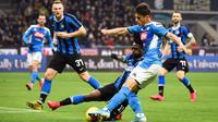 Pemain Napoli, Eljif Elmas (kanan) berebut bola dengan bek sayap Inter Milan, Victor Moses pada leg pertama semifinal Coppa Italia di Stadion Giuseppe Meazza, Rabu (12/2/2020). Inter Milan  menyerah dari tamu, Napoli, dengan skor 0-1 akibat gol tunggal Fabian Ruiz. (Massimo Paolone/LaPresse via AP)