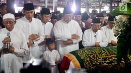 Ketua MUI Ma'ruf Amin (dua kanan) memimpin salat jenazah Ani Yudhoyono yang diikui oleh presiden ke-6 RI Susilo Bambang Yudhoyono (tengah) dan anaknya Agus Harimurti Yudhoyono serta Edhie Baskoro Yudhoyono di Puri Cikeas, Bogor, Jawa Barat, Minggu (2/6/2019). (Liputan6.com/Immanuel Antonius)