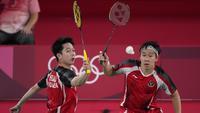 Pasangan ganda putra Indonesia, Marcus Gideon dan Kevin Sanjaya bertemu dengan pasangan Taiwan sekaligus peringkat tiga dunia, Lee Yang dan Wang Chi-Lin di pertandingan terakhir Grup A. (Foto: AP/Dita Alangkara)