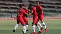 Pemain Timnas Indonesia U-22, merayakan gol yang dicetak oleh M Luthfi Kamal ke gawang Vietnam pada laga Piala AFF U-22 2019 di Olympic Stadium, Phnom Penh, Kamboja, Minggu (24/2/2019). Indonesia menang 1-0 atas Vietnam. (Bola.com/Zulfirdaus Harahap)
