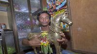 Muhammad Yusuf menunjukkan patung kuningan berbentuk kuda yang ditemukan di bawah jembatan Kahayan, Palangkaraya, Kalimantan Tengah (Kalteng). (Foto: Liputan6.com/jawapos.com/Denar)
