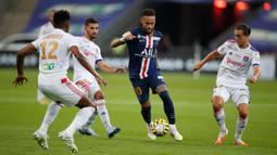 Penyerang PSG, Neymar berusaha mengontrol bola saat menghadapi Lyon pada laga final Piala Liga Prancis di Stade de France, Paris, Sabtu (1/8/2020) dini hari. PSG menjadi juara Piala Liga Prancis setelah menang melalui adu penalti 6-5. (AP Photo/Francois Mori)