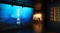 """Seorang pengunjung menghadiri pameran bertajuk """"Era Baoli: Harta Karun dari Koleksi Bangkai Kapal Tang"""" di Shanghai, China, pada 14 September 2020. Total 248 buah (kelompok) relik budaya dipertunjukkan dalam pameran yang akan berlangsung hingga 10 Januari 2021 itu. (Xinhua/Ren Long)"""