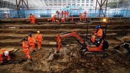 Arkeolog menggali pemakaman di bawah St James Gardens, London, Inggris, Kamis (1/11). Pemakaman tersebut diperkirakan sudah ada sejak abad ke-18 hingga pertengahan abad ke-19. (ADRIAN DENNIS/AFP)